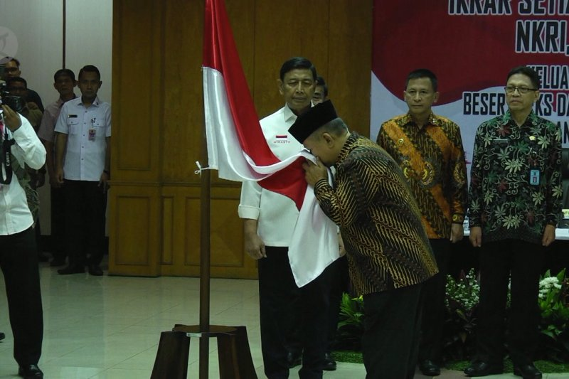Anak Kartosuwiryo  berikrar setia pada NKRI, di hadapan Wiranto