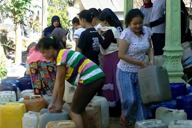 Warga serbu bantuan air bersih dari TP-PKK