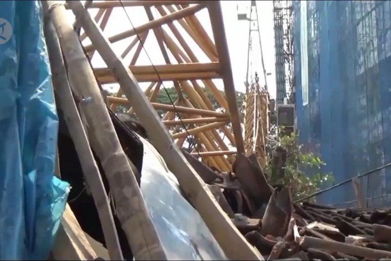 Crane pembangunan Unej patah, timpa 3 rumah