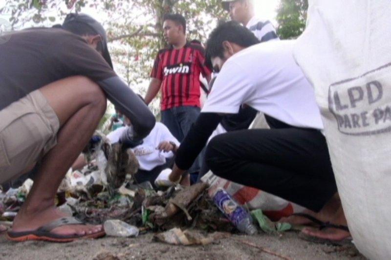 Aksi bersih laut dari sampah di Teluk Ambon