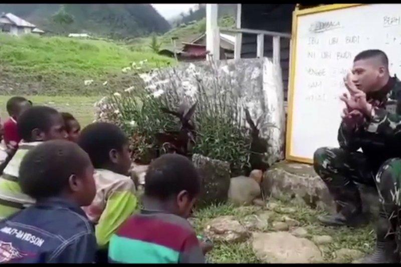 Pasca konflik TNI mengajar anak-anak Nduga Papua