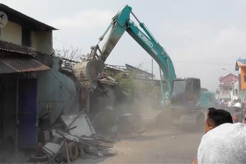 Pemkot Semarang bongkar paksa 95 bangunan di KBT
