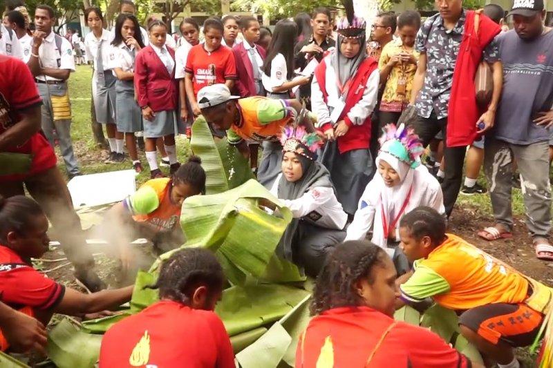 Peserta SMN Sulsel diperkenalkan tradisi bakar batu di Papua