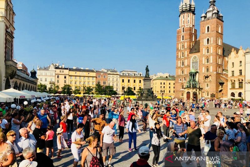 Warga Polandia dan turis ikut Gemu Famire