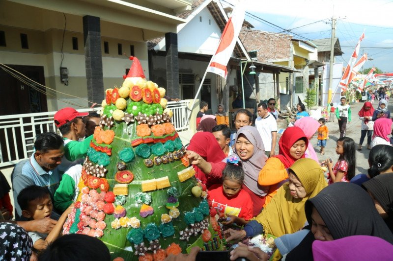Warga Lumajang menggelar Festival 1.000 Pohong