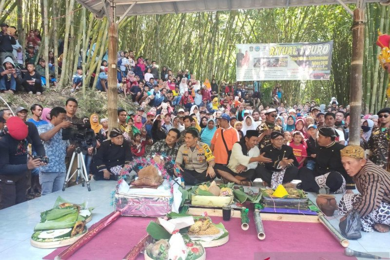 Grebeg Suro di lereng Gunung Semeru meningkatkan pariwisata Lumajang
