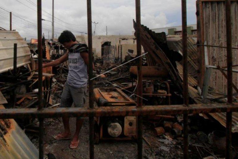 Sisa bangunan terbakar saat aksi demo anarkis