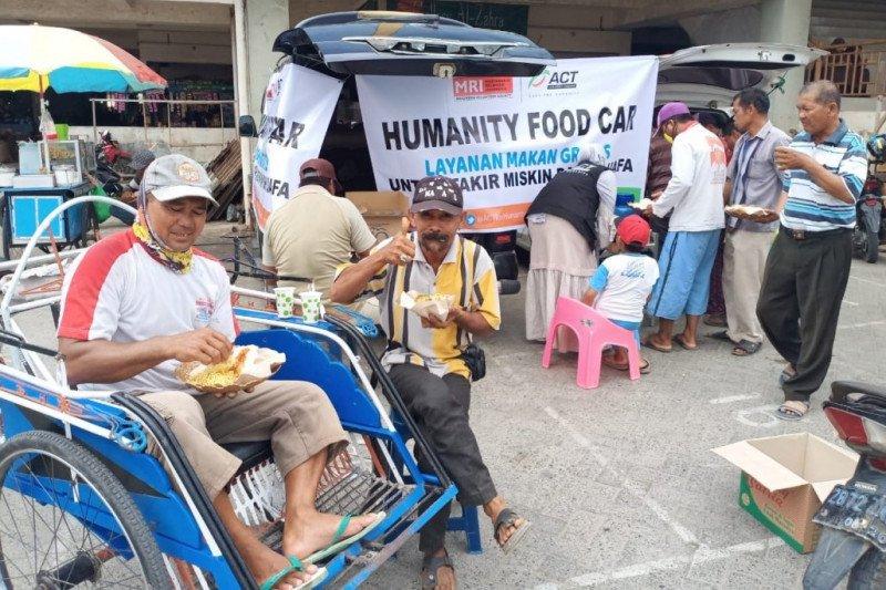 ACT bagi makanan untuk buruh dan tukang becak