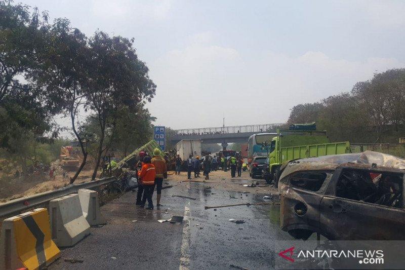 8 tewas dan puluhan luka dalam kecelakaan di tol Cipularang