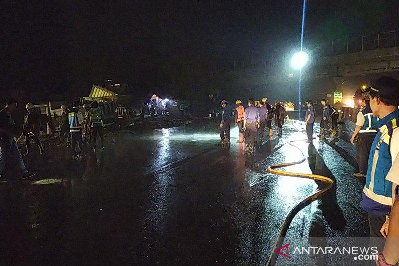 Material sisa kecelakaan maut di Tol Cipularang mulai dibersihkan