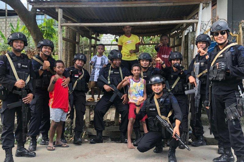"Papua Terkini - Brimob Polda Kepri ""besembang bercerita"" di Papua"