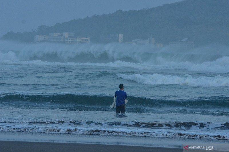Menjaring saat gelombang tinggi