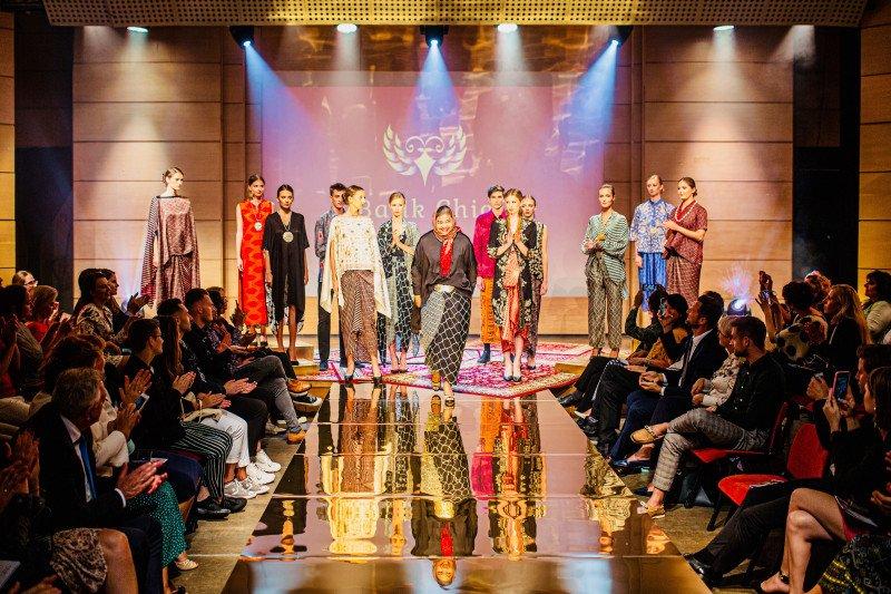 Busana karya disainer Indonesia undang decak kagum di Polandia