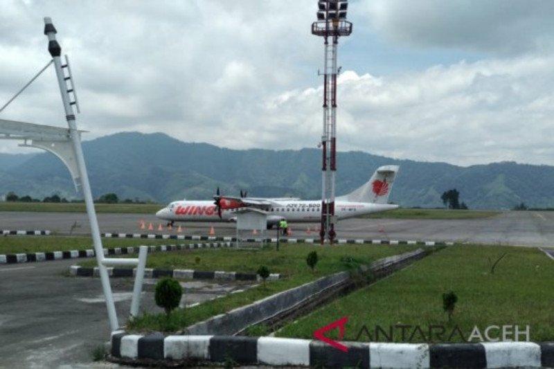 Penumpang pesawat tren turun di Bandara Rambele Aceh