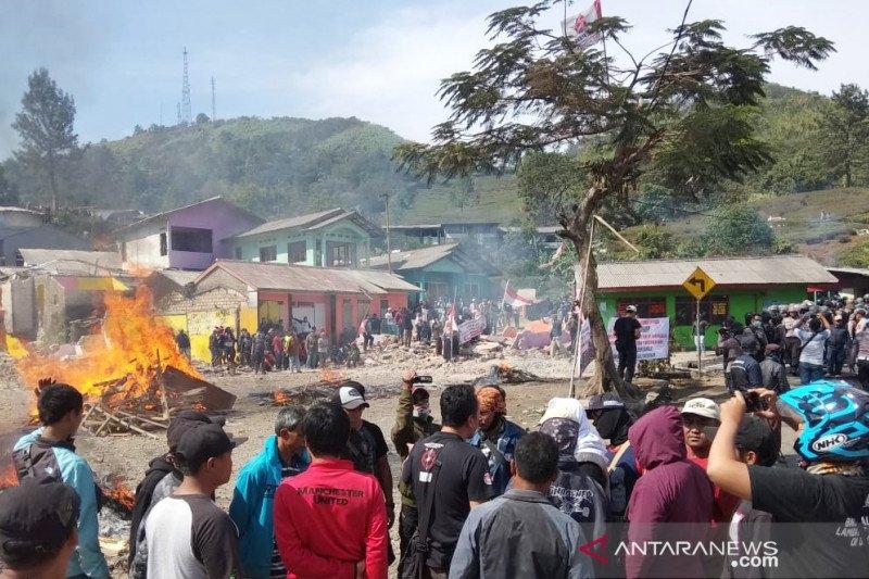 Satpol PP tetap bongkar 30 bangunan di Puncak Bogor walau sempat dihadang warga