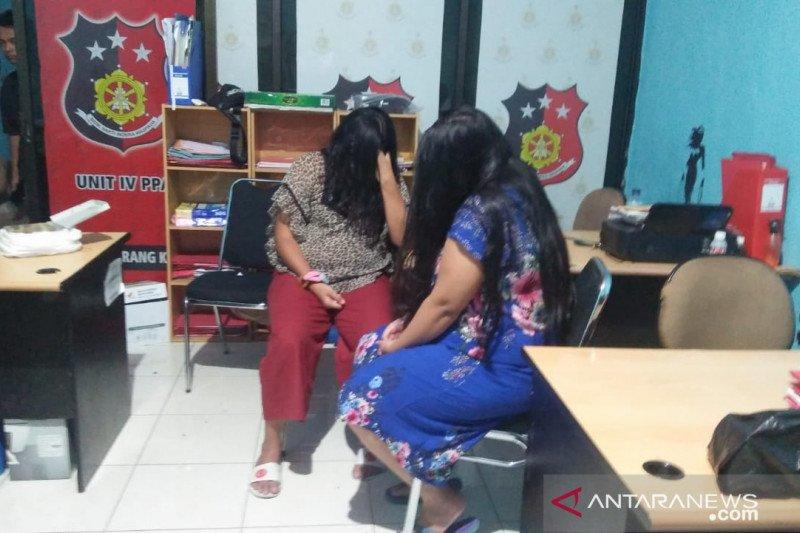 Dua wanita muda dan satu pria digerebek polisi tengah pesta seks