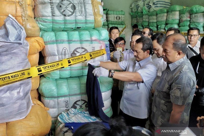 Pakaian bekas impor ilegal 551 bal di Bandung disita Kemendag