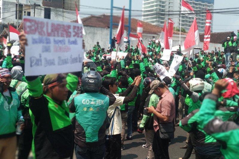 Ribuan pengemudi ojol lakukan demo tolak pemotongan insentif