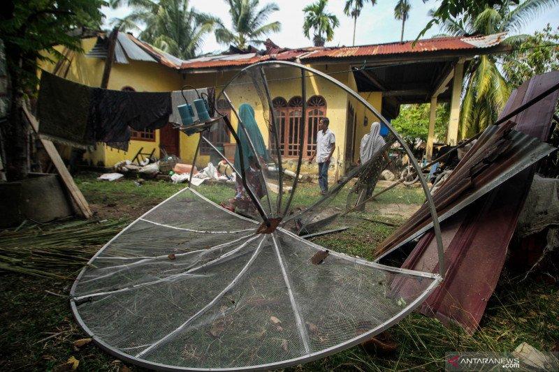 Atap rumah rusak diterjang puting beliung
