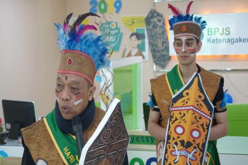 Hari Pelanggan, karyawan BPJS Ketenagakerjaan Magelang kenakan kostum adat Papua