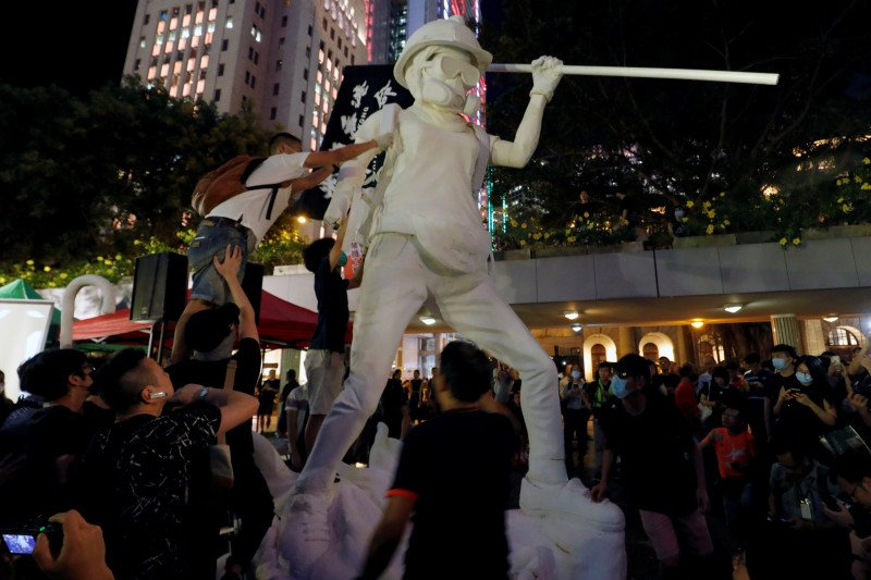 "Demonstran Hong Kong letakkan patung ""Lady Liberty"" di puncak Gunung Lion Rock"