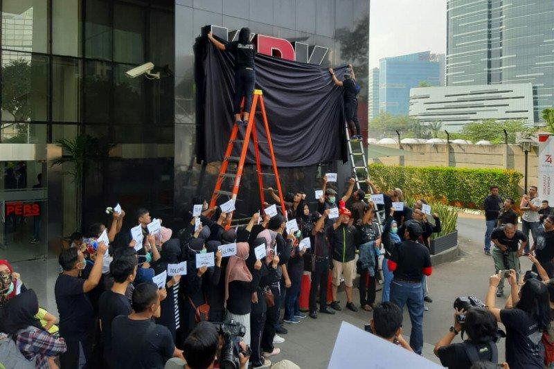 Pegawai KPK lakukan aksi simbolik menutup logo KPK