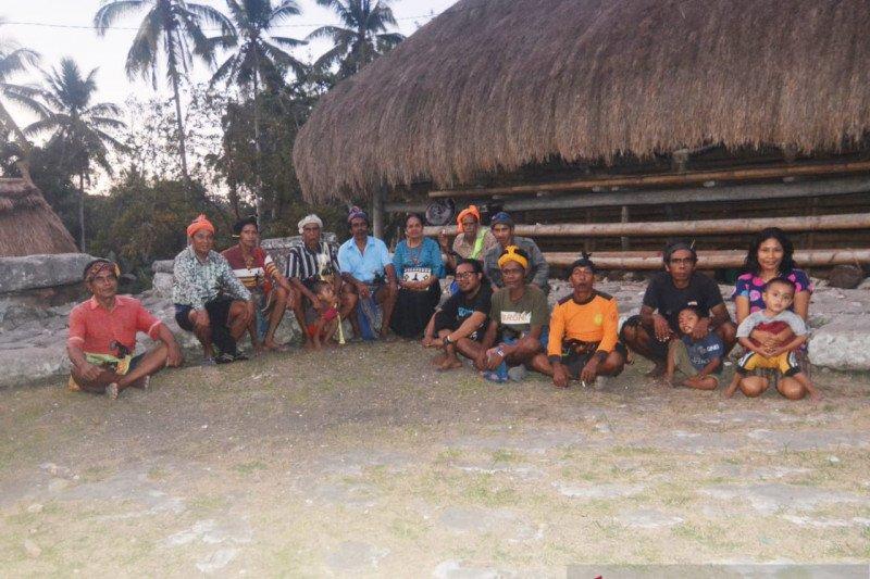 Ahmad Ijtihad merawat kearifan kampung adat Wee Lewo lewat literasi