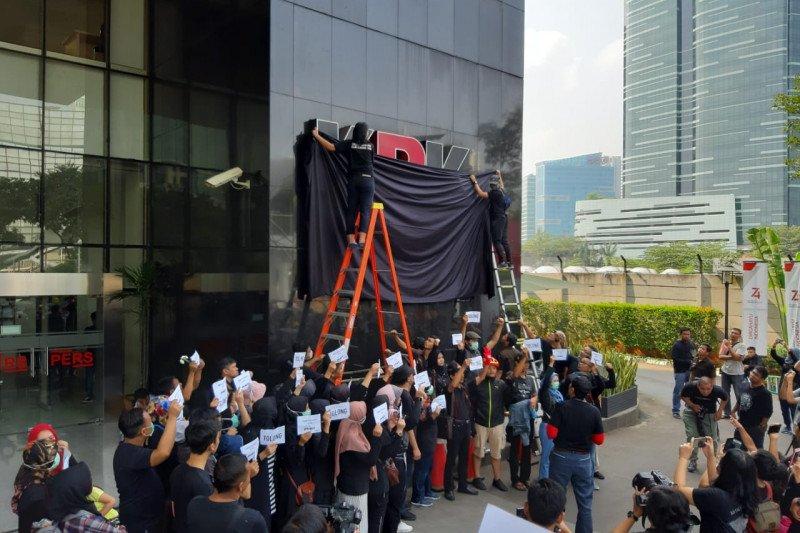 Polisi minta kain penutup logo KPK di buka