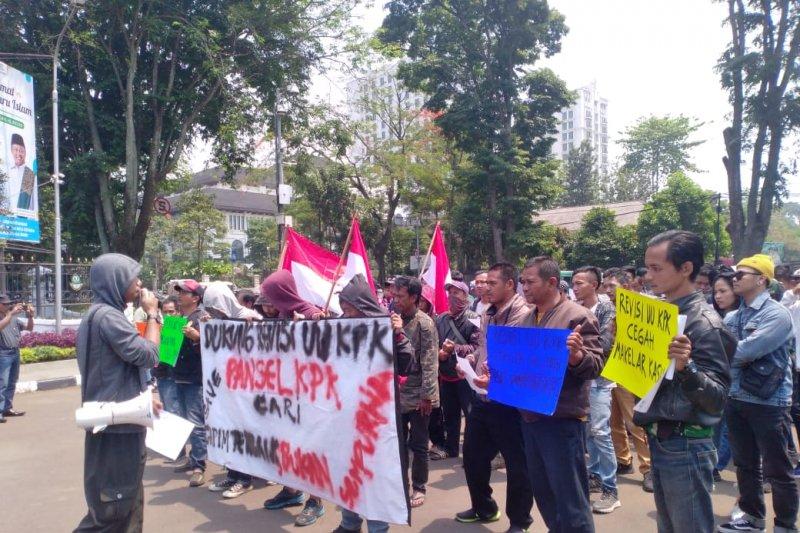 Massa di Bandung demo dukung Revisi UU KPK