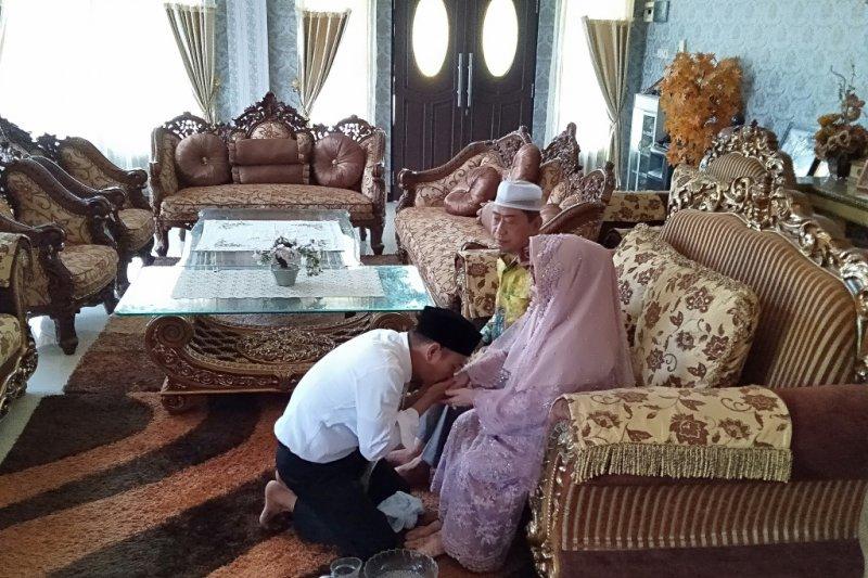Jadi lagi anggota DPRD, Yamin cium kaki ibu