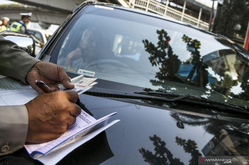Polisi tilang delapan pengendara berplat nomor palsu di Jatinegara