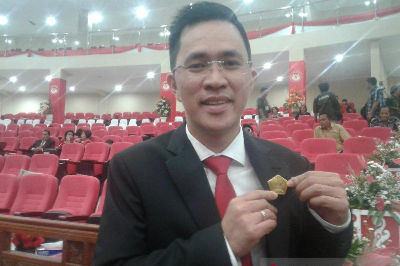 Anggota DPRD Sulawesi Utara kembalikan Pin Emas