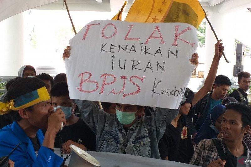 Mahasiswa PMII berorasi di lobi Kantor Gubernur menolak BPJS Kesehatan