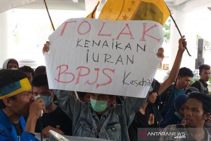 Mahasiswa PMII berorasi di lobi Kantor Gubernur tolak BPJS Kesehatan