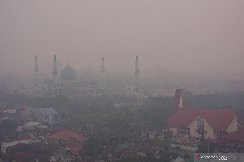 Karhutla Riau - Asap Pekanbaru makin pekat, puluhan siswa SDN 153 mendadak terserang ISPA