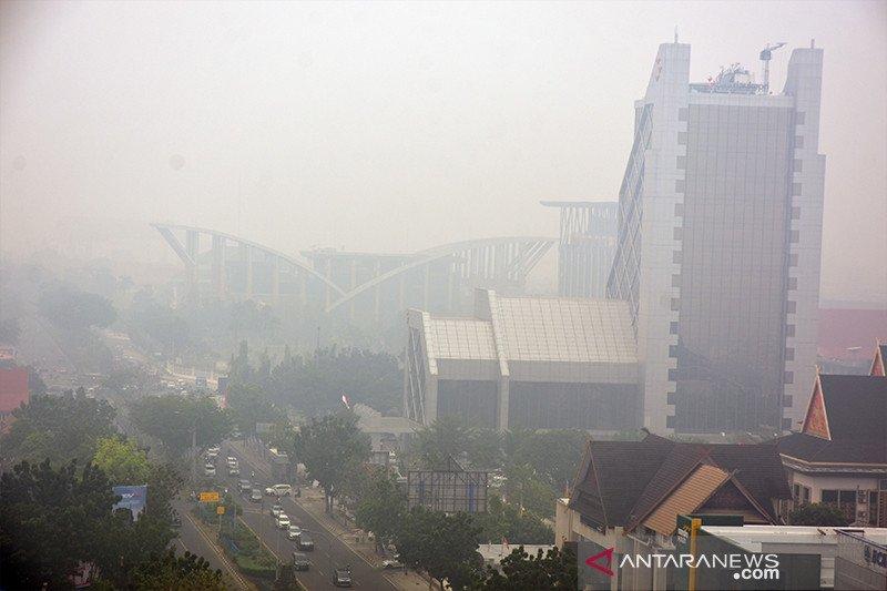 Karhutla Riau - Asap Karhutla makin pekat selimuti Pekanbaru, jarak pandang hanya 800 meter