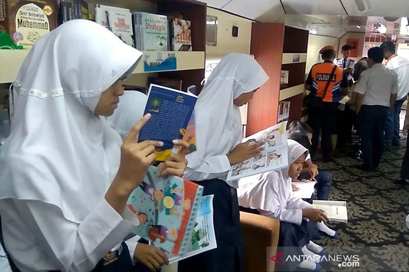 Cukup jauh, pelajar antusias kunjungi Rail Library di Stasiun Karangsari Banyumas