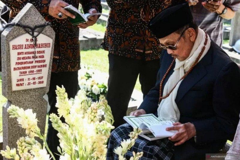 Gubernur Gorontalo : Keluarga ikhlas Habibie pergi