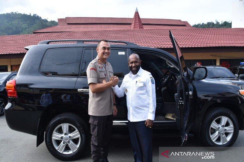 Bupati Mamberamo Tengah hibahkan satu unit mobil ke Polda Papua