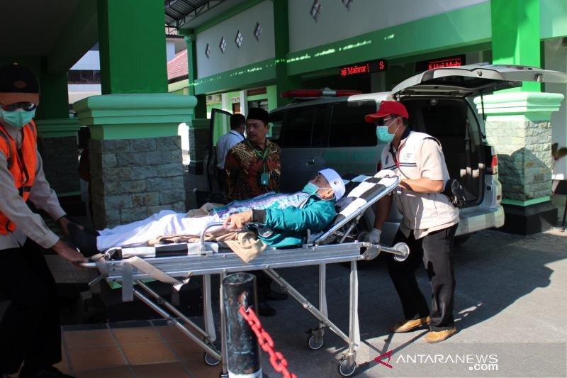 Tujuh haji kloter 82 Debarkasi Surakarta dinaikan ambulance