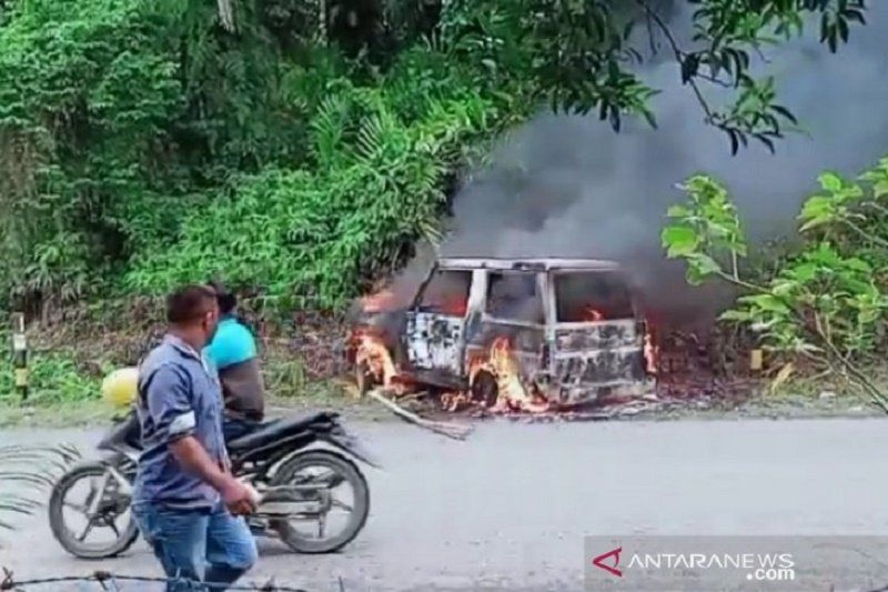 Massa mengamuk dan bakar mobil diduga milik pencuri ternak di Aceh Barat