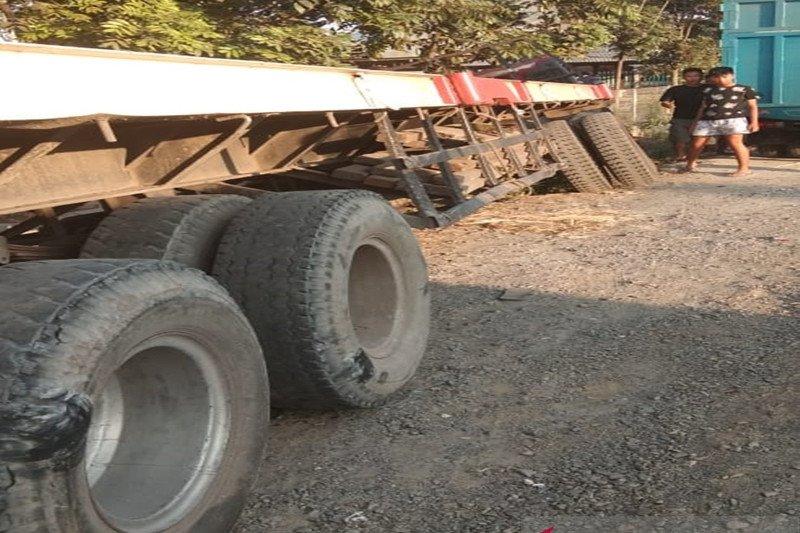 Diduga lupa gunakan rem, truk panjang tabrak warung dan meluncur ke selokan
