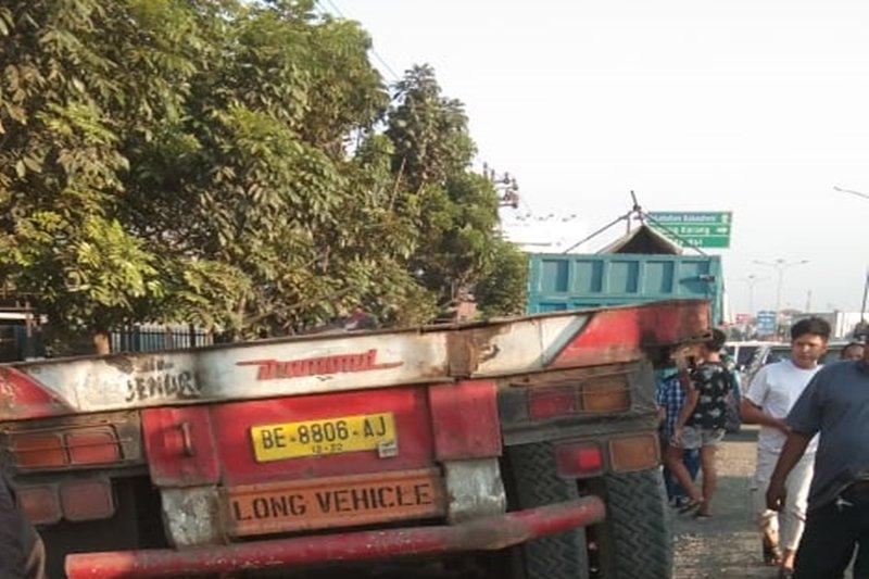 Diduga lupa gunakan rem, truk panjang tabrak warung dan meluncur ke siring