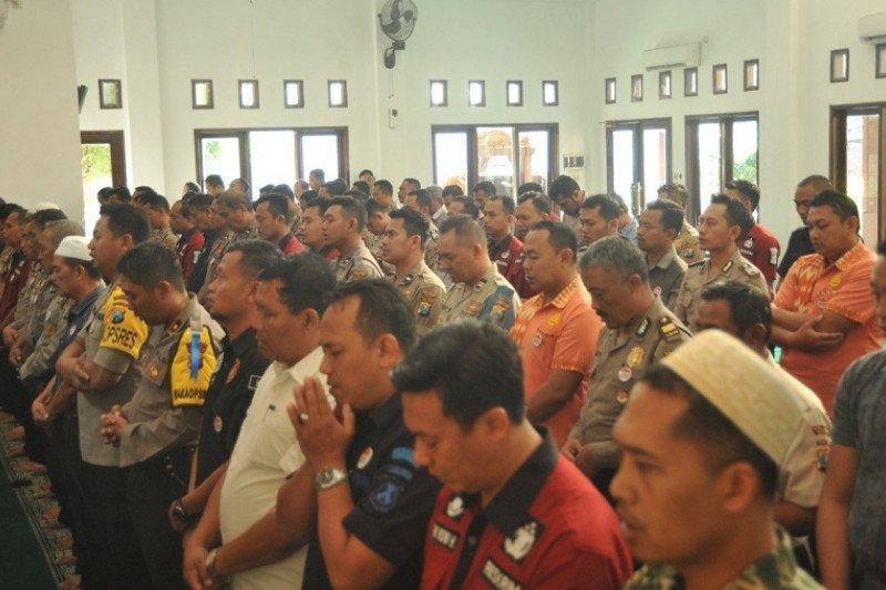 Aparat Polres Kediri sholat ghaib kirim doa ke BJ Habibie