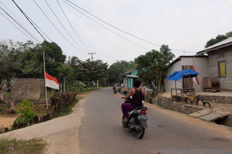 BJ Habibie wafat- Warga Tanjungpinang kibarkan bendera setengah tiang