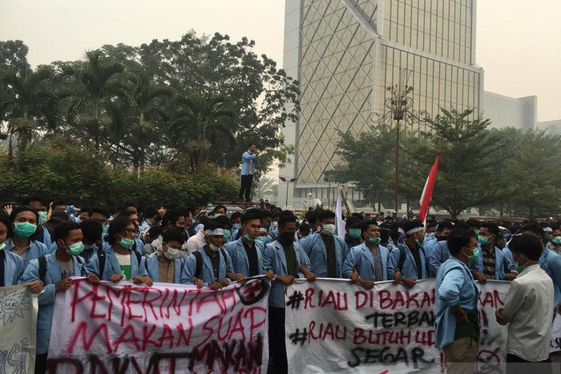 Ratusan mahasiswa Universitas Riau minta gubernur atasi bencana asap