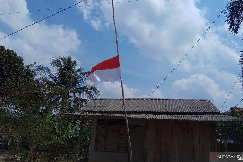 BJ Habibie wafat, masyarakat Mesuji  kibarkan bendera setengah tiang