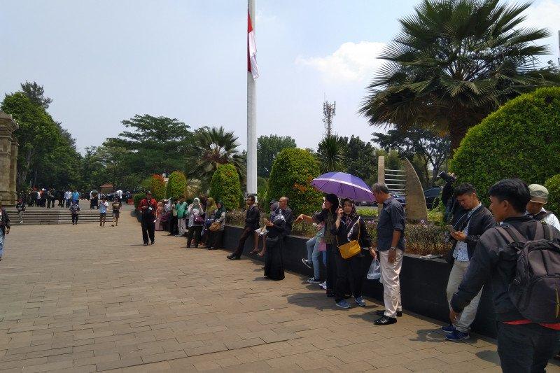 BJ Habibie wafat - Panas terik warga tetap saksikan pemakaman