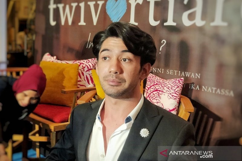 Reza Rahadian dan Hanung Bramantyo ikut antar Habibie ke peristirahatan terakhir