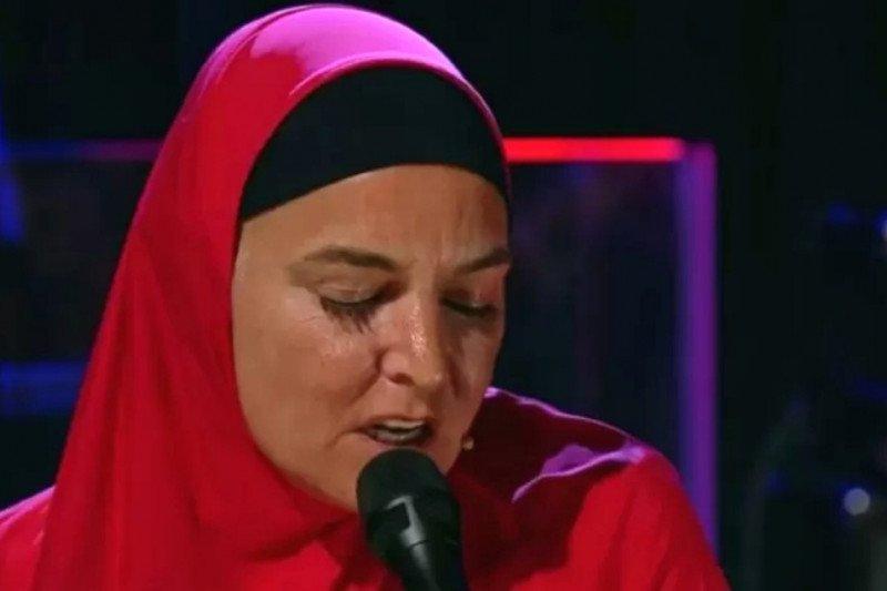 Sinead O'Connor manggung dengan hijab